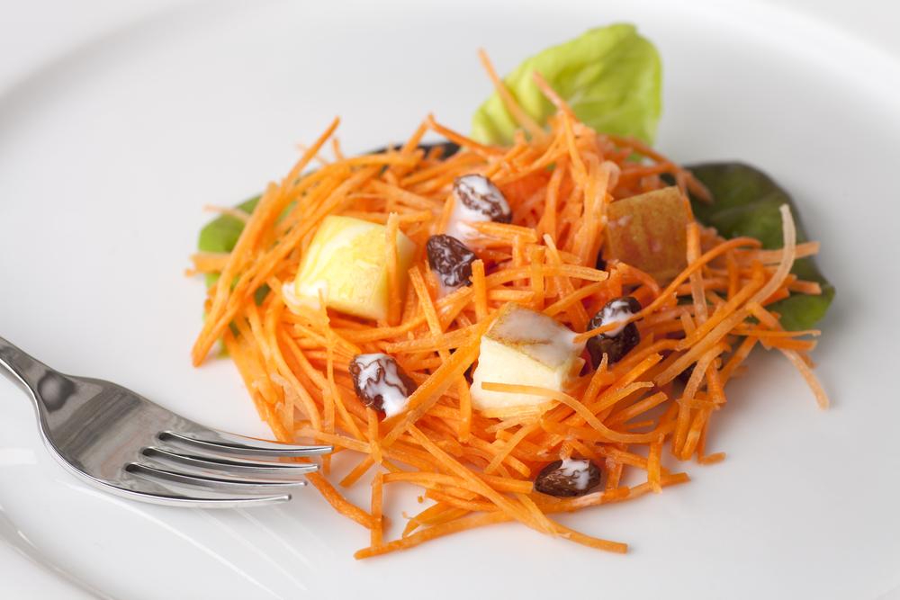 Морковный салат с яблоком и изюмом
