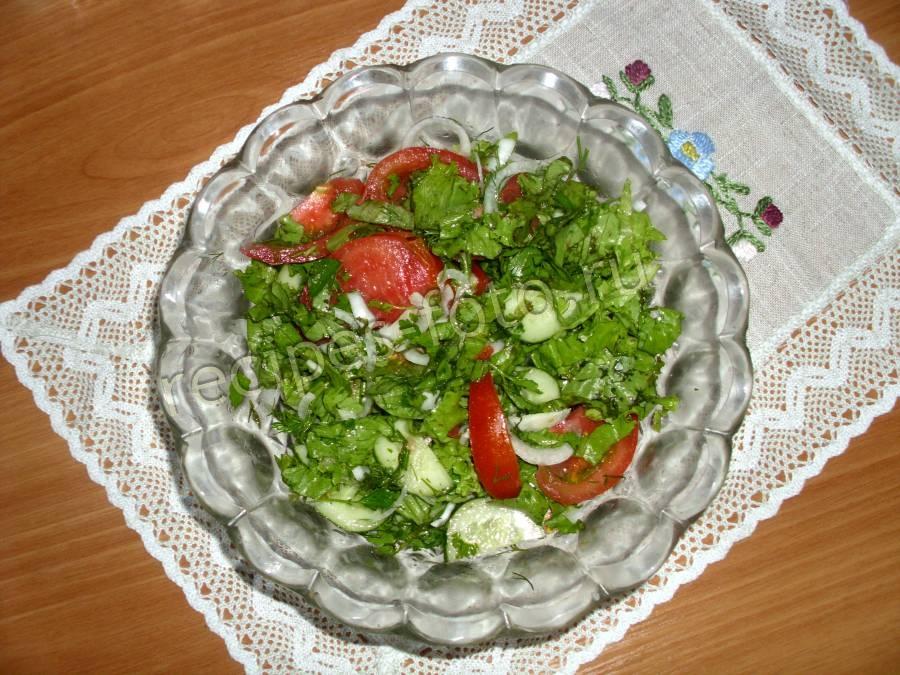 Салат из свежих огурцов и помидоров с листьями крапивы