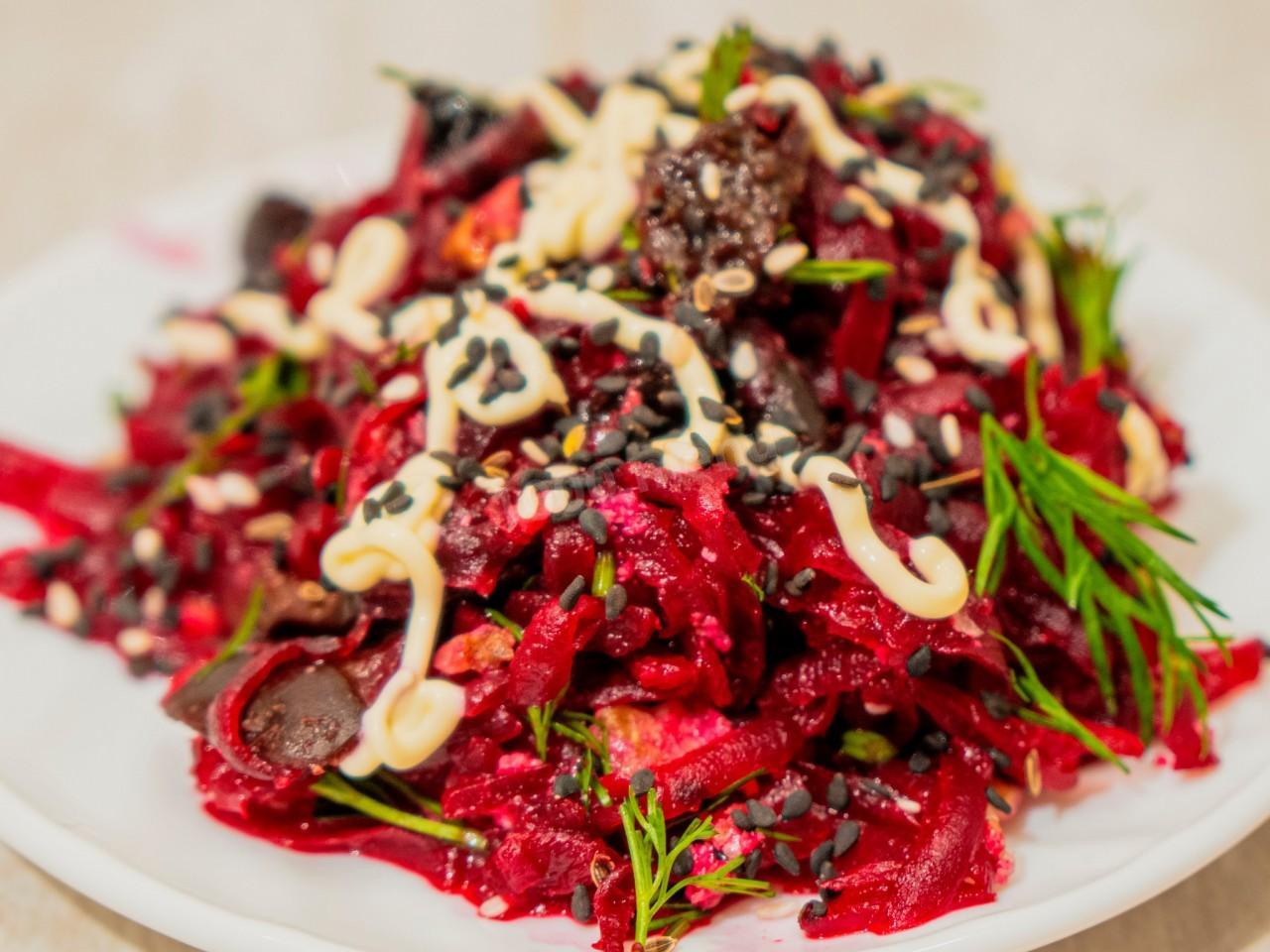 Свекольный салат с черносливом