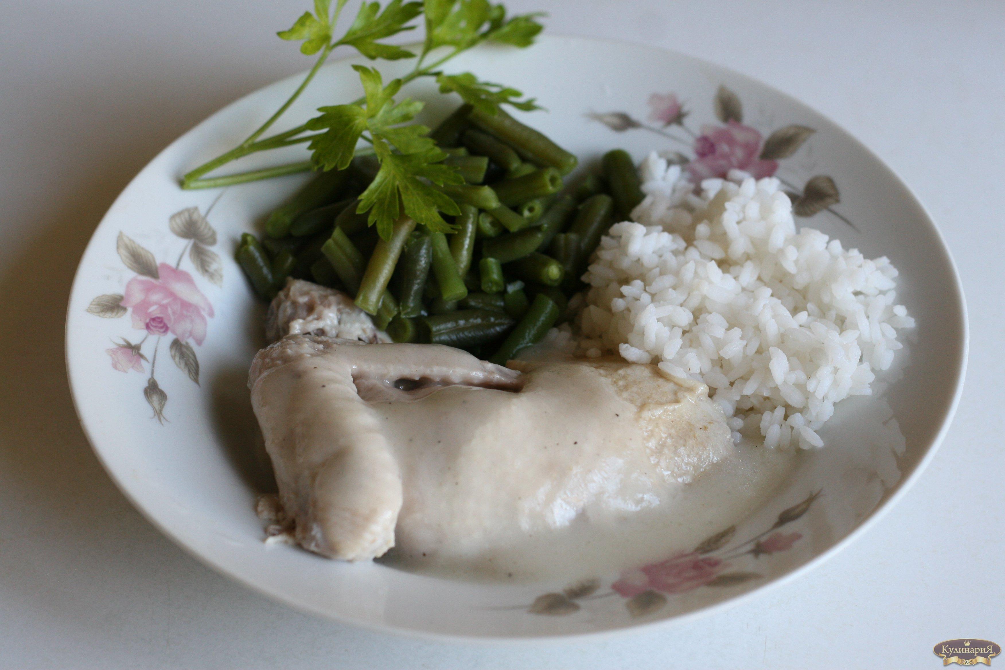 Курица отварная с овощным гарниром под белым соусом