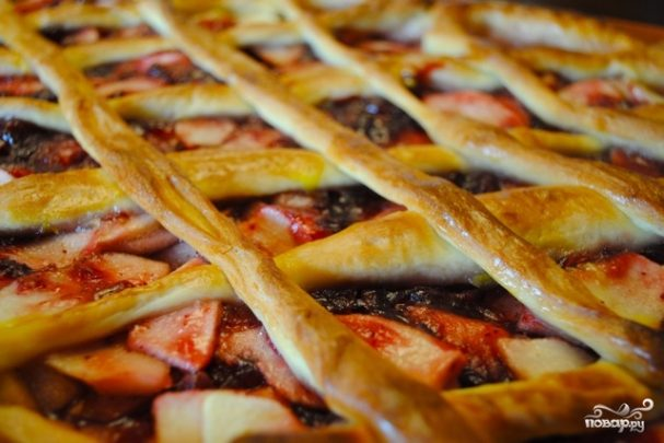 Открытый пирог с яблоками и брусникой