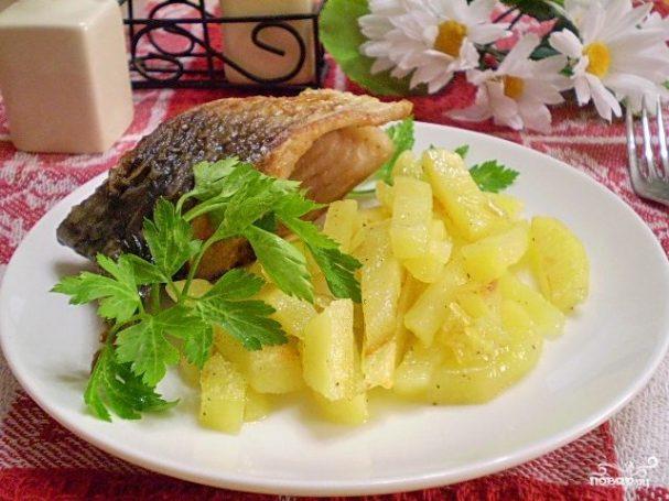 Отварная рыба с жареным картофелем