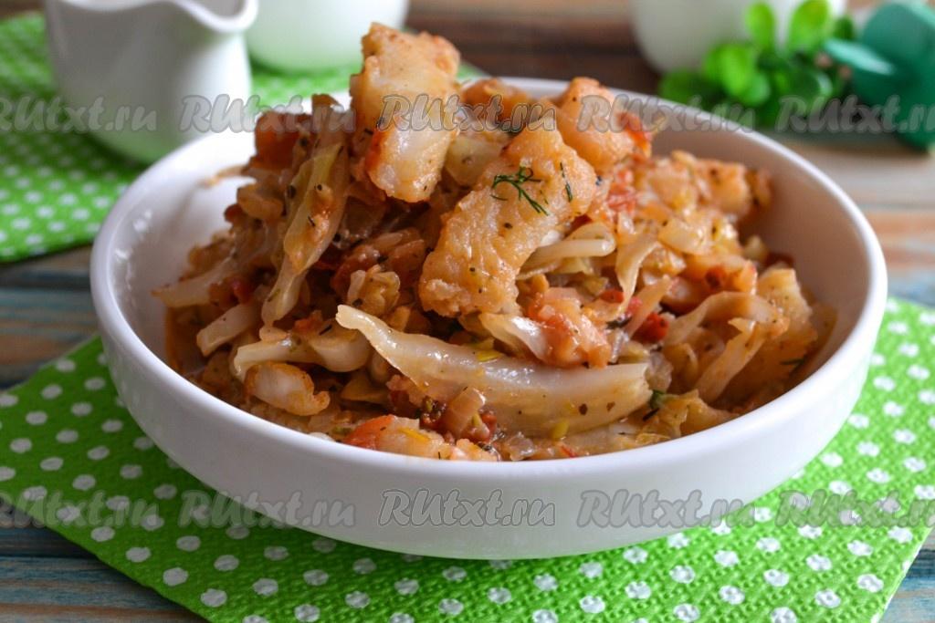 Рыба жареная с отварным картофелем и тушеной капустой