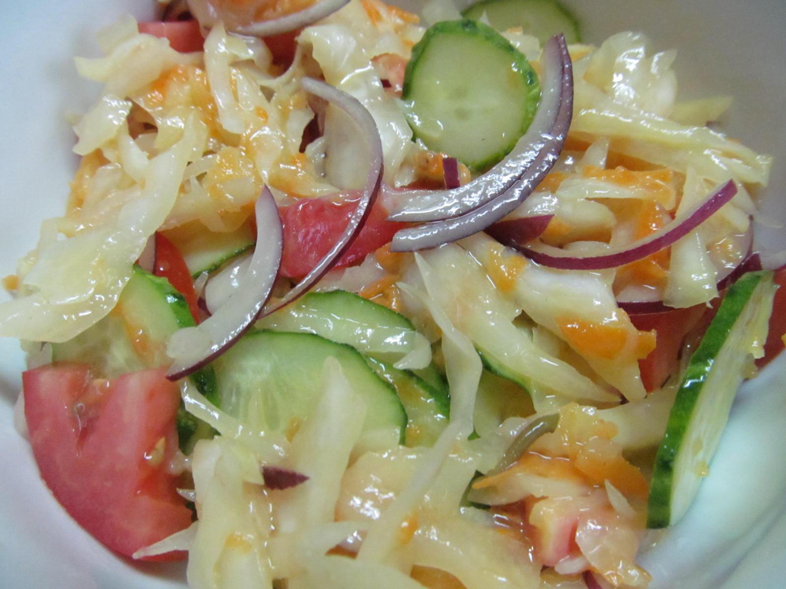 Салат из квашеной капусты с огурцом