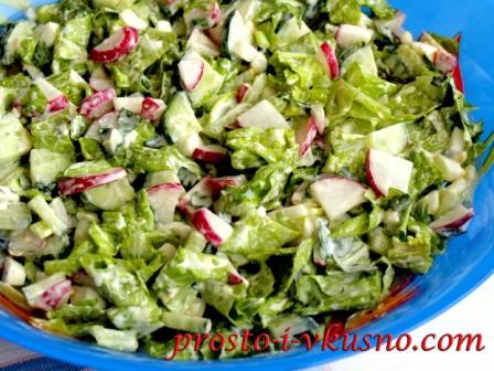 Салат из огурцов с зеленым салатом